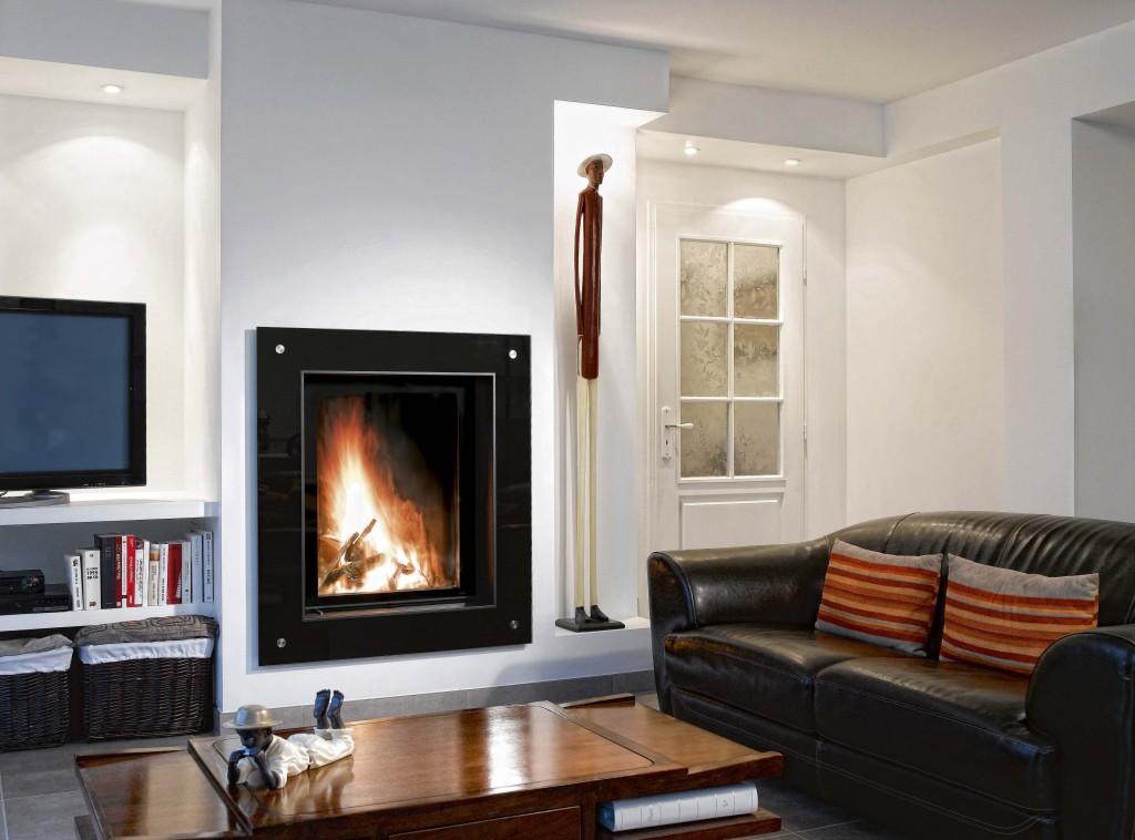 cheminée contemporaine Wodtke Ulys 800 habillage cadre verre noir vue d'ambiance