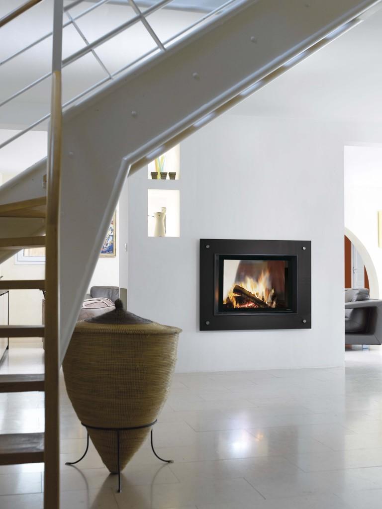 cheminée contemporaine Wodtke Ulys 900 double face habillage cadre verre noir d'ambiance