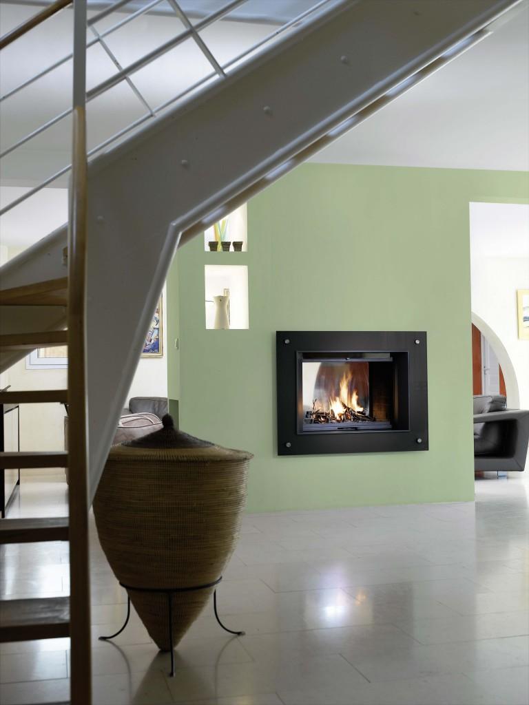 cheminée contemporaine Wodtke Ulys 900 double face habillage peps noir vue d'ambiance