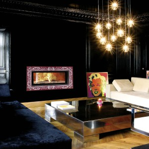 Ulys® 1100 Cheminée à bois design Wodtke Ulys 1100 habillage Baroko avec chenets vue d'ambiance